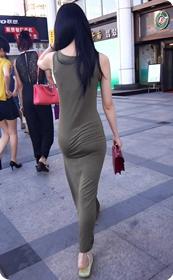 少妇穿着贴身的裙子,内裤都印出来了噢