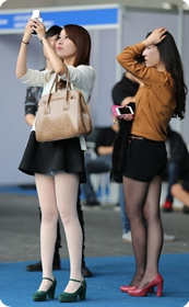 车展上想买车的两个丝袜美女,你想摸哪个呢?
