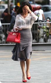街拍气质美女,上衣太透明,胸罩都露出来了,这女的真敢穿