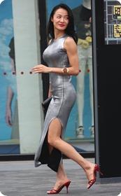 街拍神似周迅的美女,紧身衣包裹前凸后翘