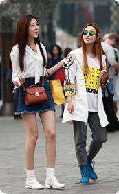 街拍气质绝佳让人神往的牛仔裙美女