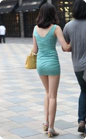街拍超短裙,紧身衣,少妇