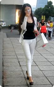 白色紧身牛仔裤美眉,身材超赞