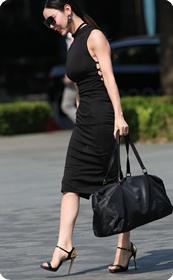这少妇的高跟鞋也太诱人了,胸部也好紧呢