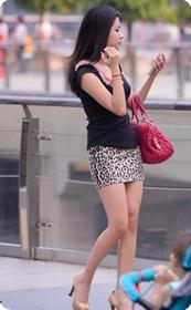 街拍穿豹纹超短裙的美女
