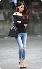 街拍紧身牛仔翘臀,黑色性感高跟鞋气质美女
