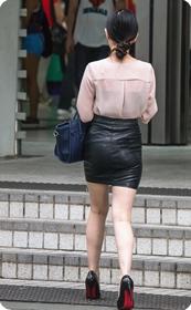 紧身皮裙凸显翘臀,透明上衣内衣若隐若现,十足勾人