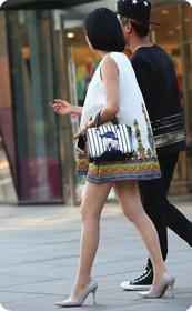 街拍诱人的少妇穿着丝滑的肉丝