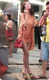 包臀少妇真搔啊,竟然在这么大的派对上凸点