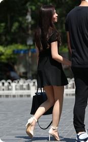 街拍妩媚迷人的短裙高跟少妇,这腿太美了