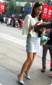 街拍摩登少妇:性感肉丝,匀称双腿,漂亮蓝高,气质极佳,靓丽性感