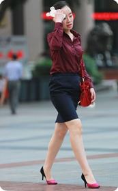 街拍黑色短裙高跟,职业女性最迷人,这少妇越看越味道