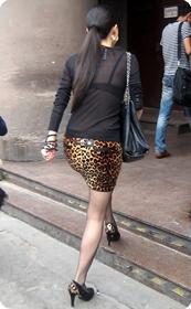 街拍穿豹纹超短裙,超薄黑丝的原味极品少妇