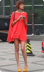 红衣女人带个眼镜假装清纯