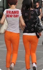 街拍橘色紧身牛仔女生