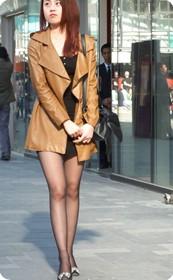 南京街头街拍漆皮大衣美少女