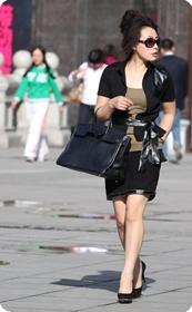 街拍太阳镜,皮腰带、黑短裙