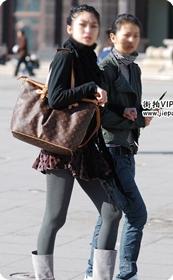 街拍灰袜、灰靴、LV包美女