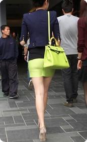 北京三路屯街拍短裙美女