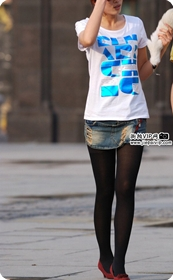 街拍抽象字母T恤、超短牛仔裙