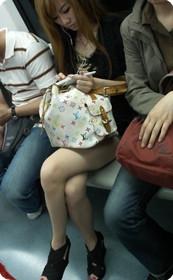 街拍地铁上牛仔美女