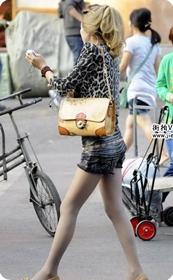 街拍市场中的极品热裤美女