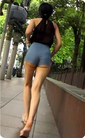 强烈推荐,街拍超极品的透视装性感包臀美女,视频绝对让你冲动