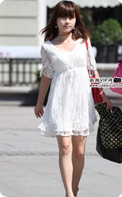 街拍白色蕾丝边连衣裙美女
