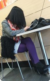 肯德基偶遇,街拍紫色丝袜高跟少妇
