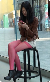 苹果专卖店街拍大学生美女