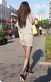 街拍穿短裙的美女