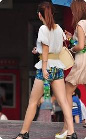 美女夏日搭配方格短裤