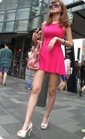 街拍上海酒吧街的短裙美女