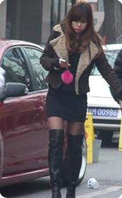 街拍穿长靴子的美女