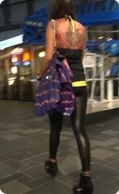 街拍紧身,纹身的强悍美女