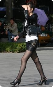 街拍皮革装美女
