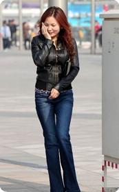 街拍好身材牛仔裤MM
