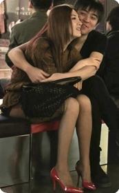 红色高跟鞋的黑丝少妇,跟男人当众打情骂俏