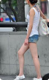 祁连山路街拍美腿女孩