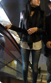 极美牛仔女,坐电梯时和男友热吻