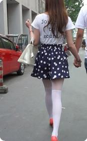 街拍穿白丝袜的女人