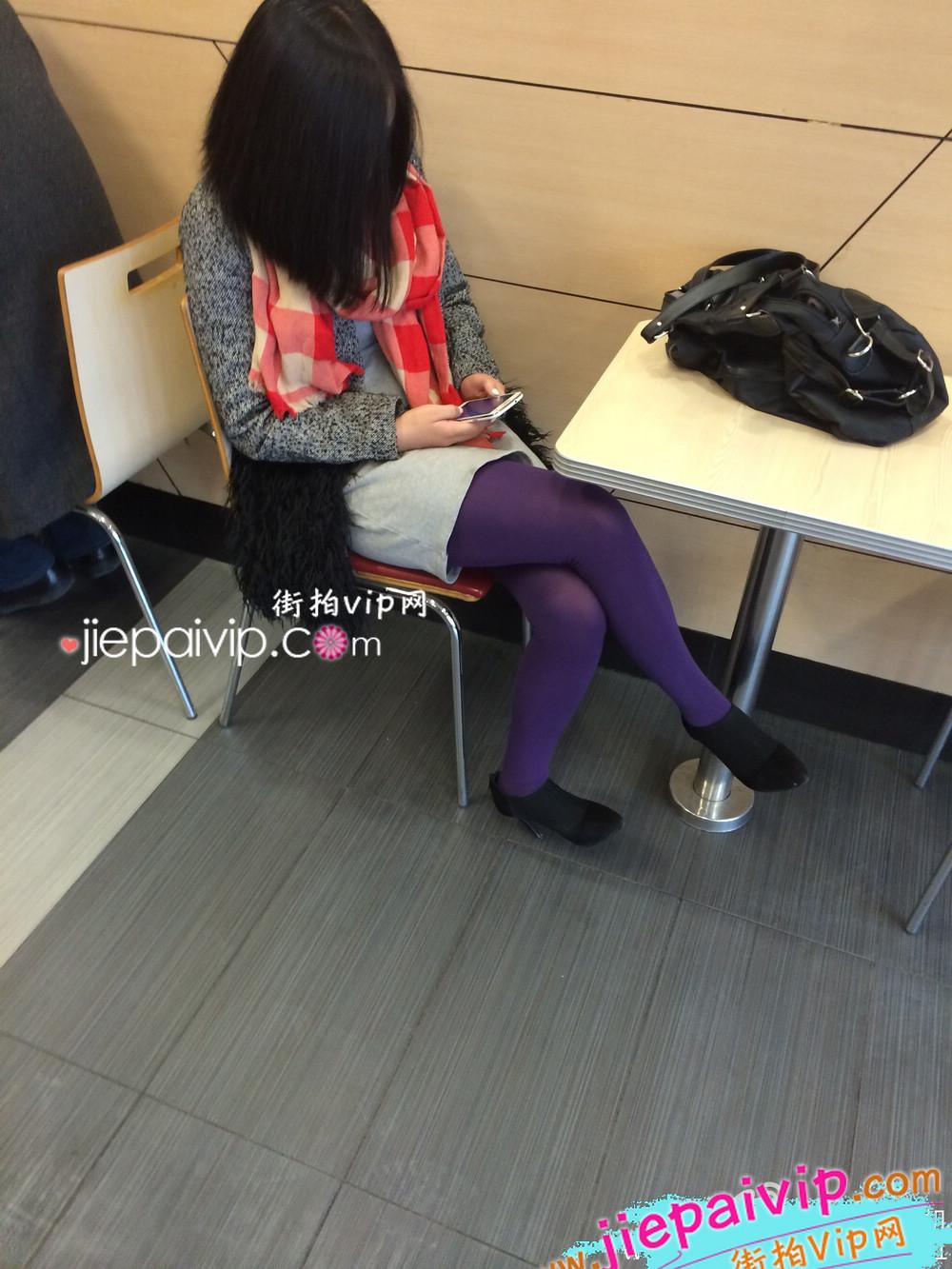 肯德基偶遇,街拍紫色丝袜高跟少妇2