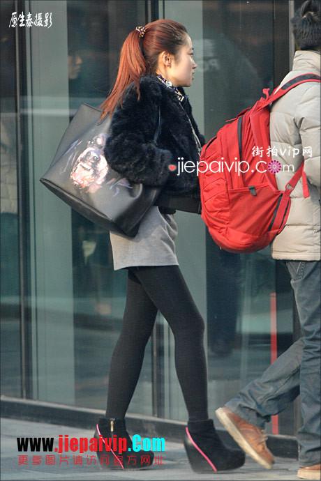 性感的红色高跟鞋黑丝袜美腿女人27