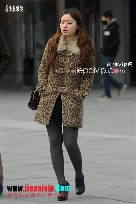性感的红色高跟鞋黑丝袜美腿女人28