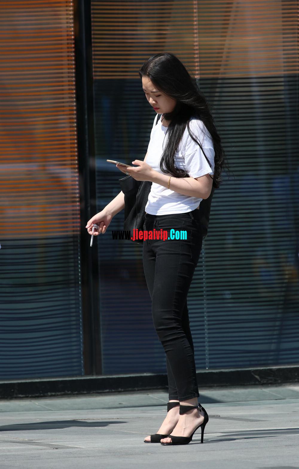 白色紧身长裤女孩图片