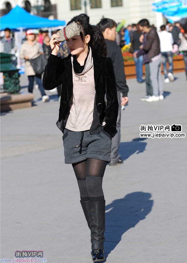 街拍丝袜] 街拍气质黑衣高跟长靴美女 [复制链接]