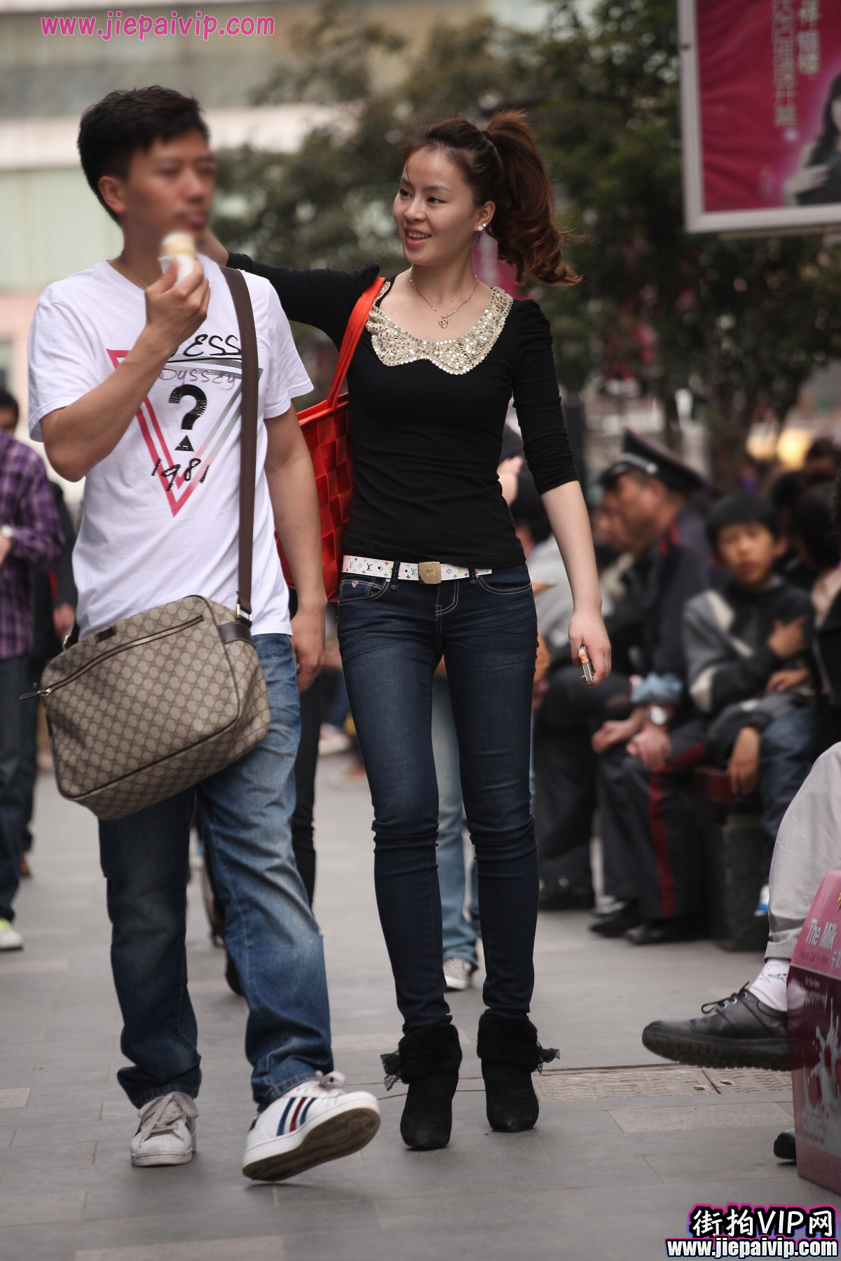 高挑牛仔裤,马尾辫美眉