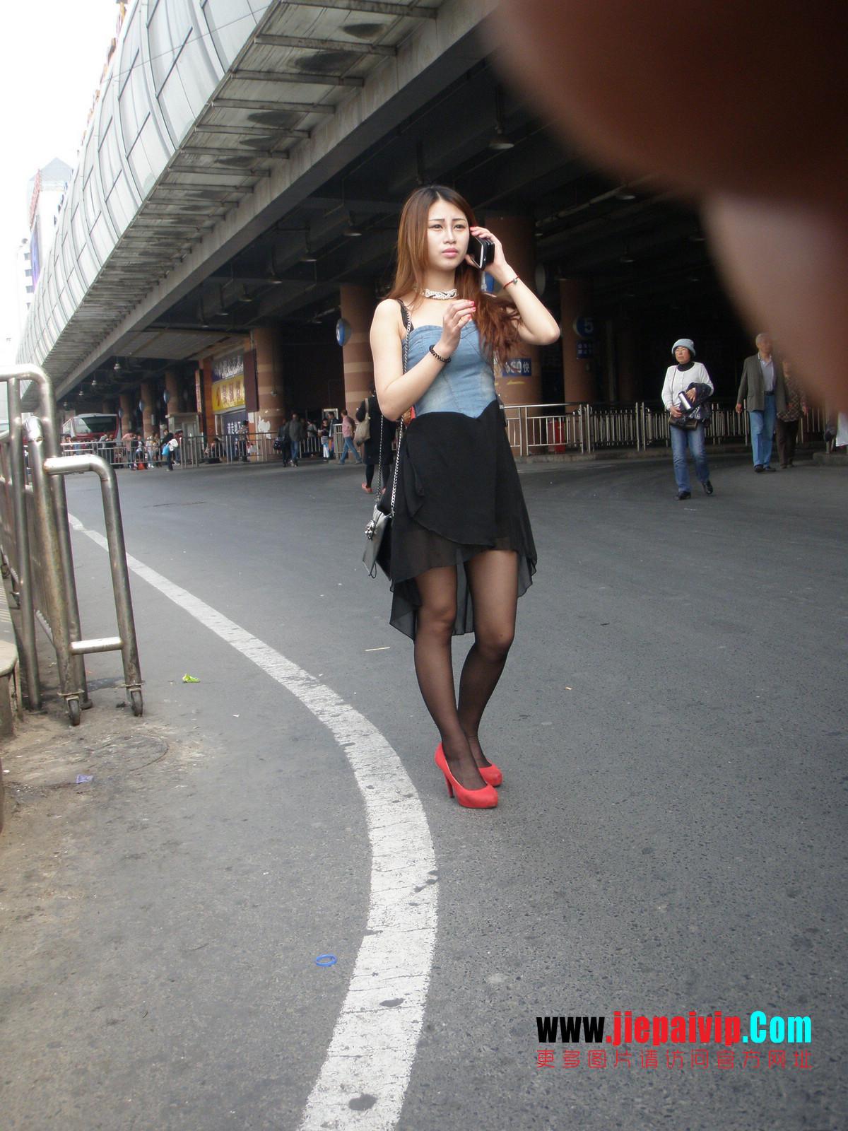 性感的红色高跟鞋黑丝袜美腿女人1