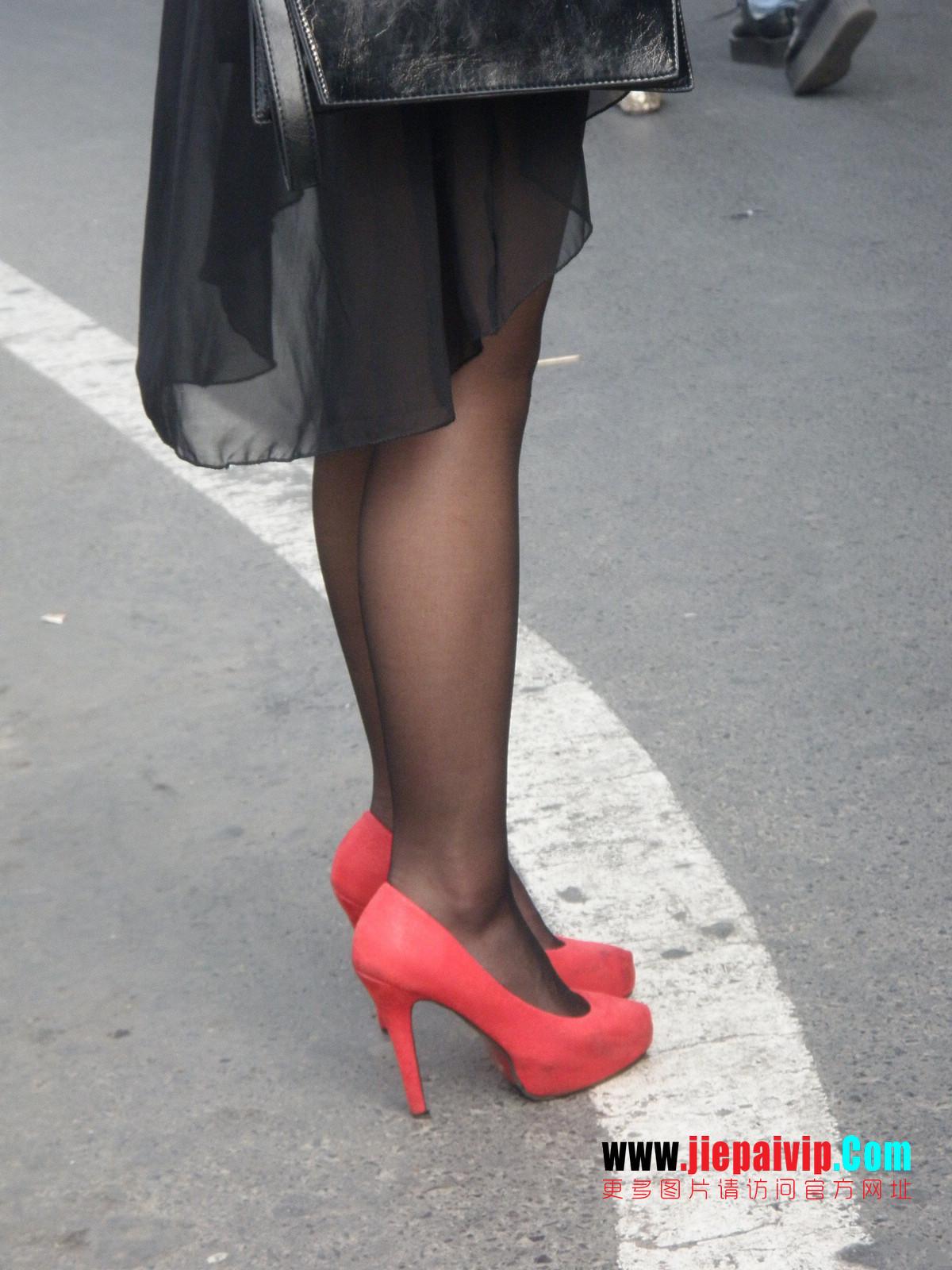 性感的红色高跟鞋黑丝袜美腿女人11