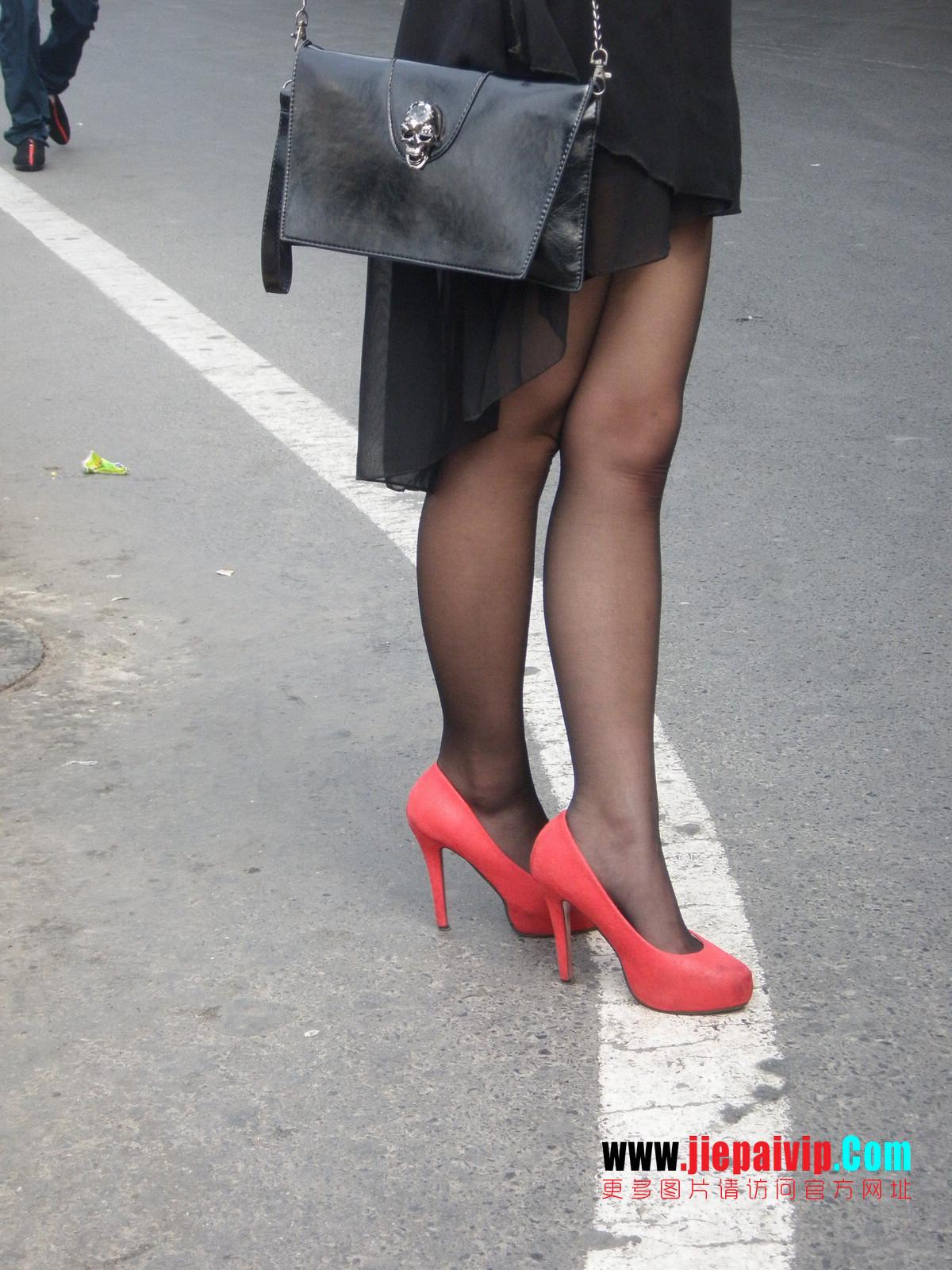 性感的红色高跟鞋黑丝袜美腿女人13